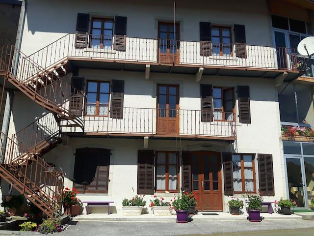 La façade de la maison. Vous avez le deuxième étage.