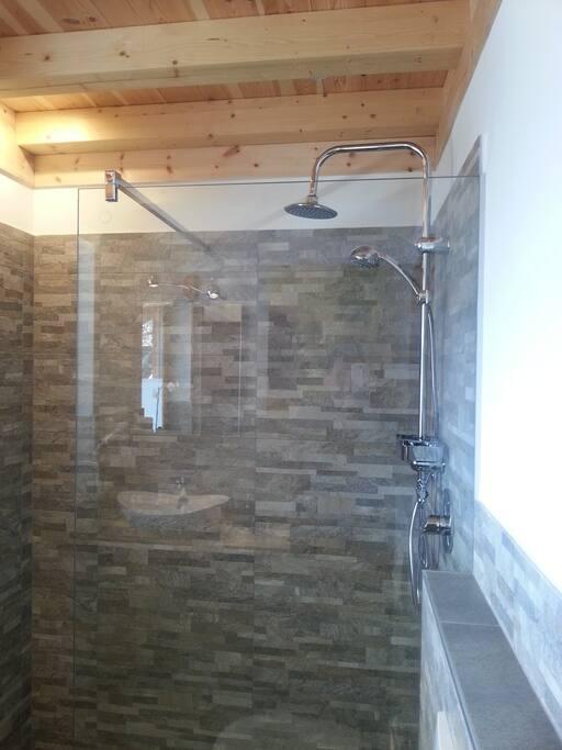 Geräumige Dusche