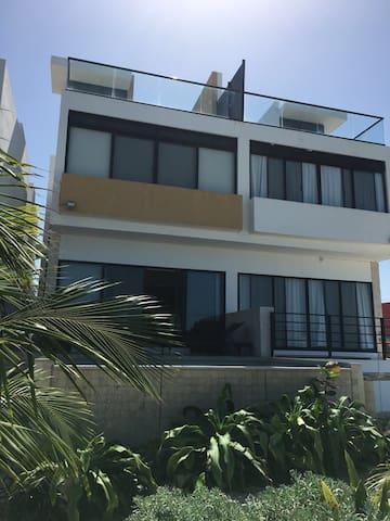 Bonita casa a la orilla del mar