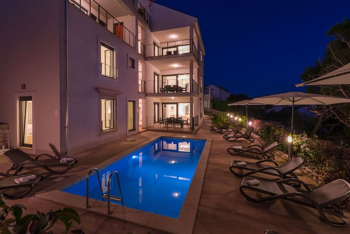 Apartment Milna with Swimming pool I