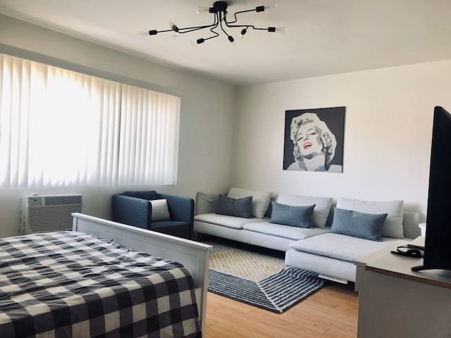 Stylish Sawtelle Studio, with all home comforts.