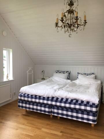Masterbedroom med bekväm hästensäng.