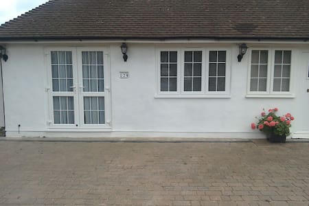 Self contained bedroom bath parking - Banstead, England, GB