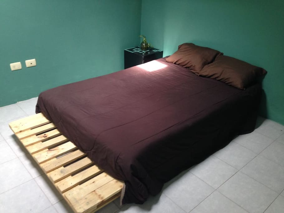 cama super comoda y techo con traga luz