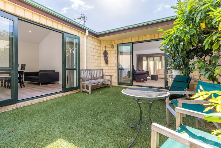Takapuna 2 bed single level townhouse, shared pool