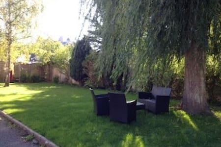 Maison en pierre avec jardinentre château et forêt - Pierrefonds