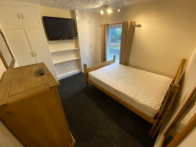 Guest Room in Ashby town centre / High speed WiFi