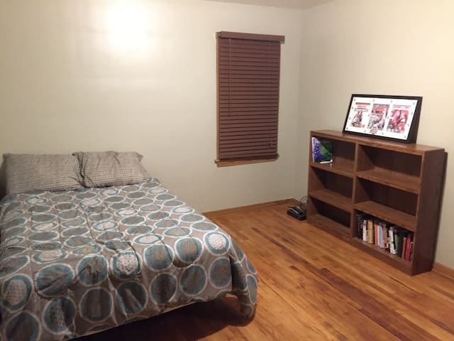 Cozy Room between Airport and CLE! - Parma Heights - House