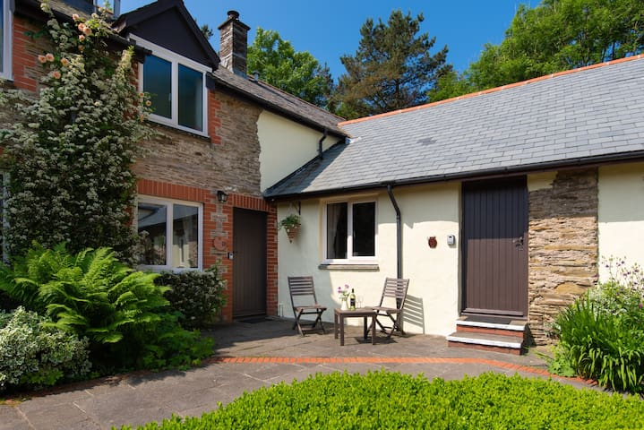 Pet friendly one bedroom cottage, close to coast