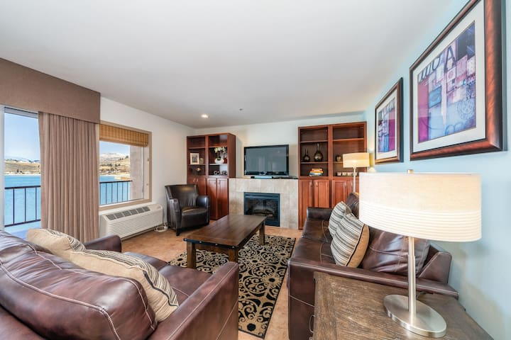 Grandview Lake View 401! Luxury 2 Bedroom Waterfront condo, sleeps up to 6!
