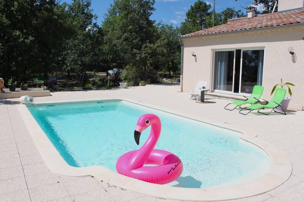 Terrasse extérieure avec piscine