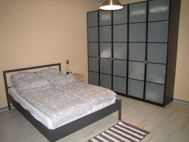 Hauptschlafzimmer mit Doppelbett, Kleiderschrank und Kommode