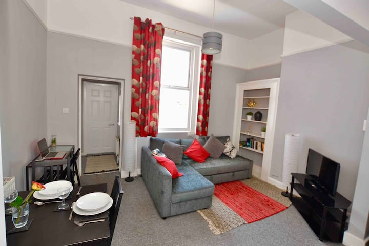 Spacious apartment - perfect for town & racecourse