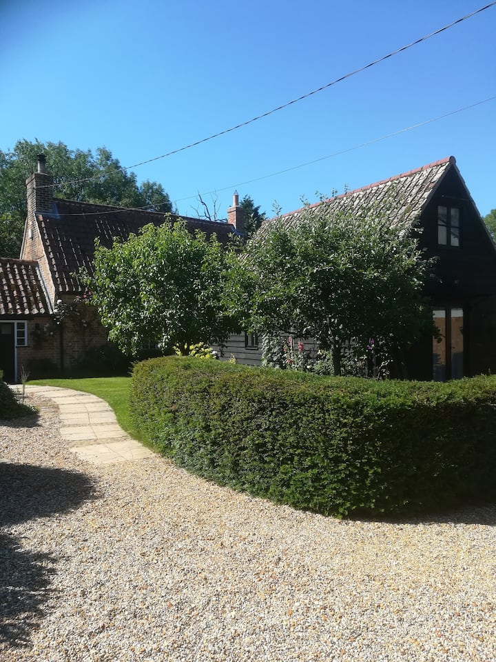 Ivy Cottage, with countryside views & Breakfast