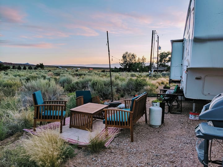 Warm & Cozy! Relax & Connect 15 min from Zion!