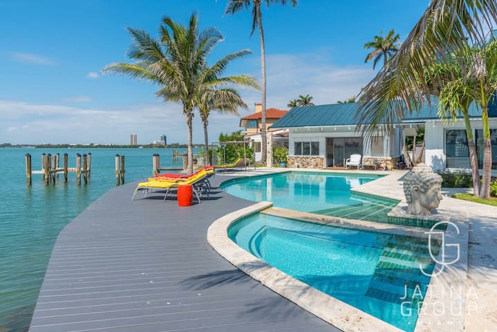 Must see! One of a kind Villa in Miami! Pool!