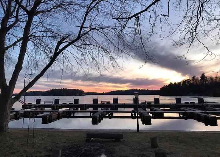 """ Dockview"" Lakefront Charleston Lake Cottage"
