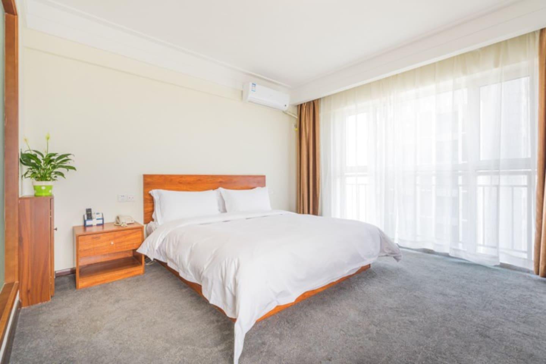 本页面出租的是一间20平米的大床房,可住2人,有多位客人可以点击房东头像预定更多房间。落地窗可以看江景。