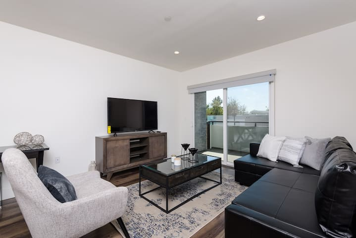 LAVISH 2 BED 2 BATH APT IN THE MIDDLE OF HOLLYWOOD