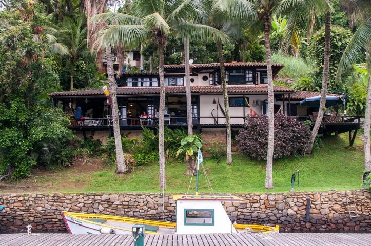 Casa de frente ao mar na Ilha da Gipóia em Angra
