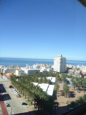 Otra vista mas: Oceano Atlantico y Plaza de los Artesanos.