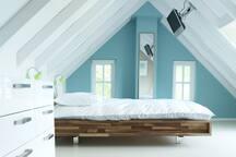 De grote slaapkamer boven met 2-persoons bed