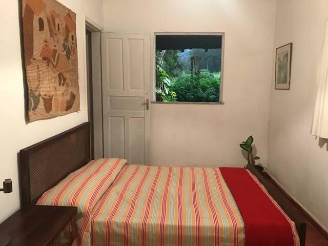 quarto com vista para a varanda com cama de casal