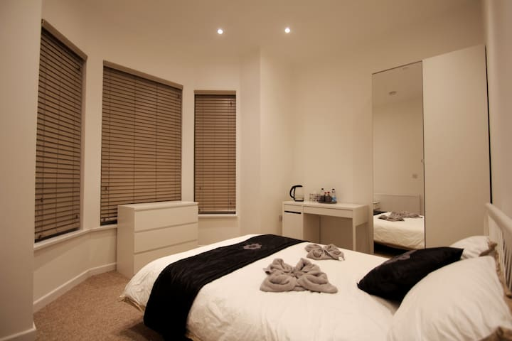Private Room with En-suite in an Amazing Home (R1)