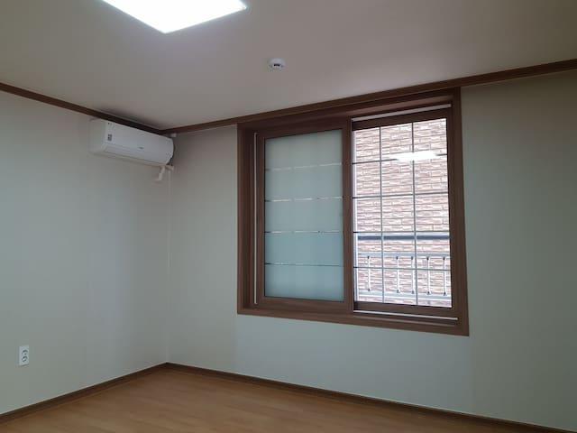 Wide window, aircontrol 넓은 창문과 에어컨이 있습니다