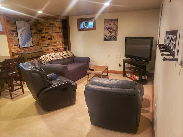 Cozy Private Basement - Full Kitchen - Hot Tub
