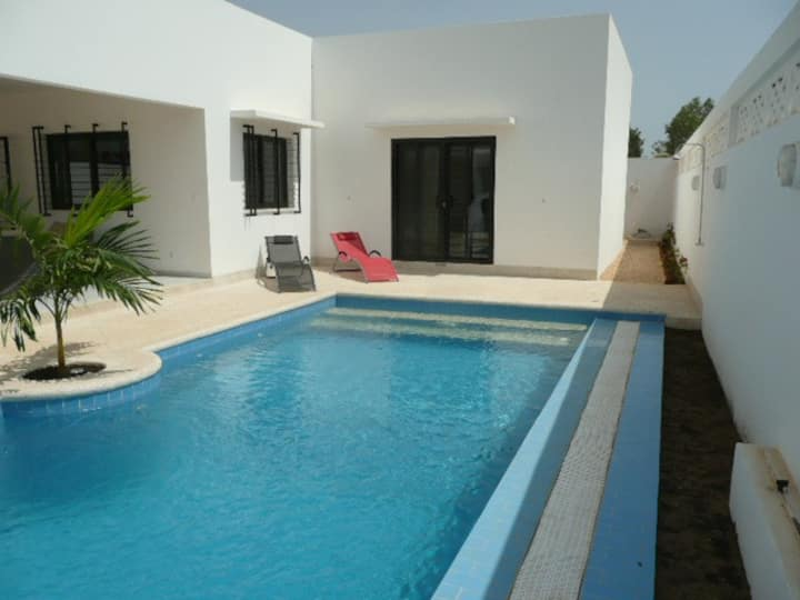 villa Blanche moderne, avec gardien et piscine