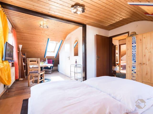 Haus Umbeer (Schömberg), Dreibettzimmer mit Dusche und WC