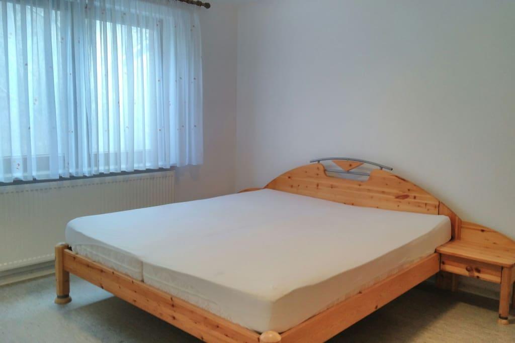 Ein Doppelbett im Schlafzimmer