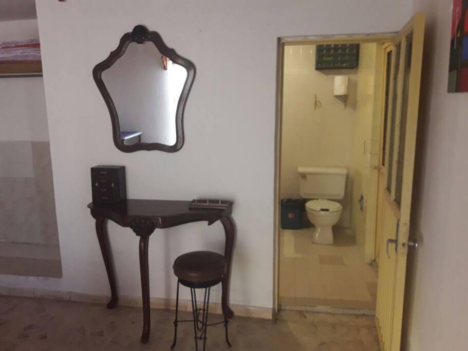 el cuarto cuenta con un baño completo totalmente independiente y limpio