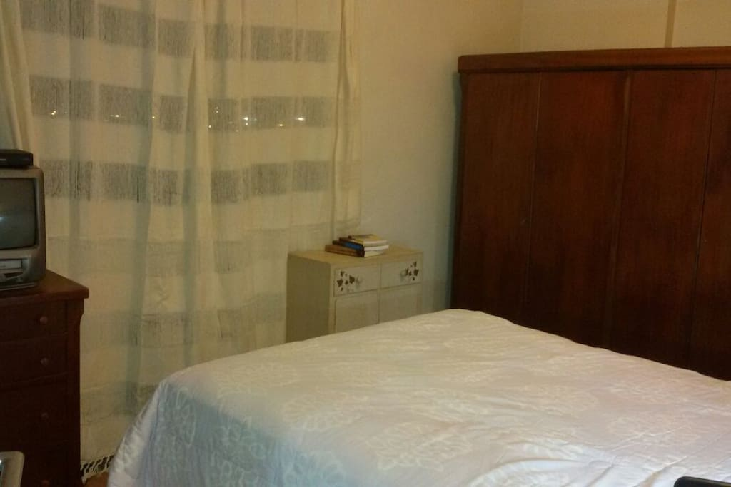 Suite com comoda e ar condicionado