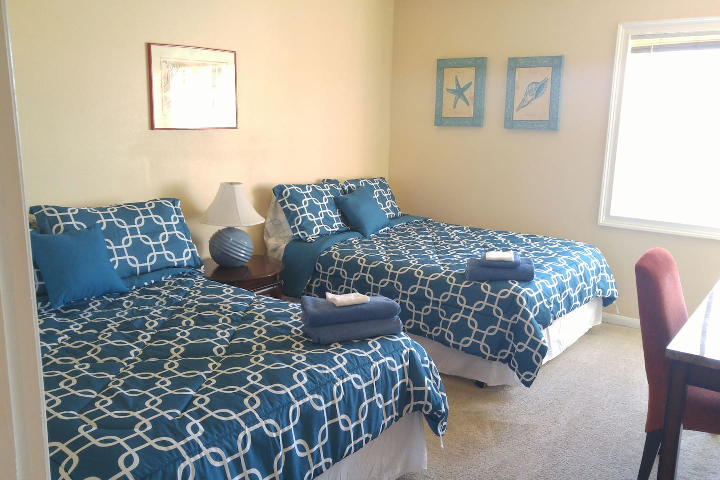 Bright and airy room with 2 full beds!