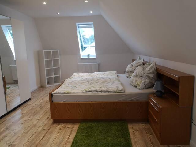 Großes Schlazimmer mit Doppelbett