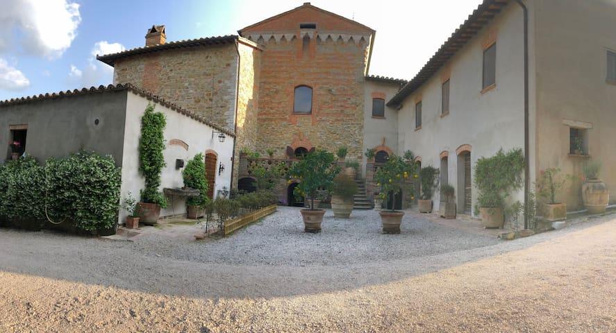 Residenza storica circondata dagli Ulivi