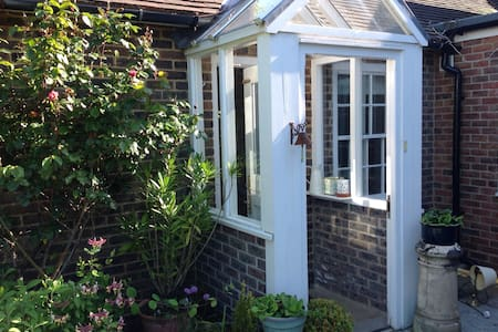 Cosy self- contained annexe with private patio - Birdham