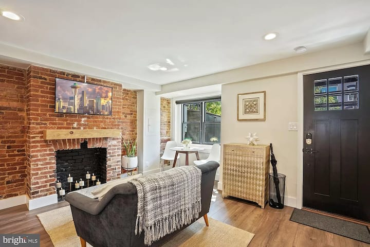 Private English Basement Suite in the heart of DC!