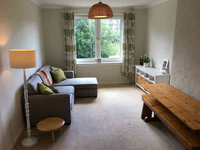 Lovely 2 bedroom flat with sunny private garden