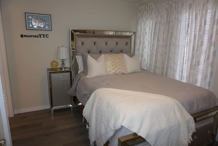Charming bedroom beside hospital w/ Hot Tub + AC