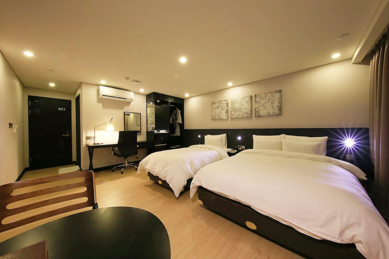 더블침대 1개, 싱글침대 1개로 기본 2인에 최대 3인까지 투숙 가능한 객실입니다.