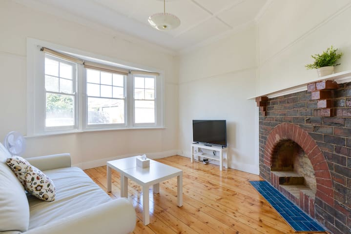 CHARMING, SPACIOUS AND NEXT TO THE STRAND - Williamstown - Haus