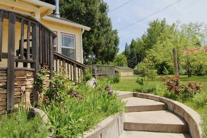 3BR Cottage Downtown Mt Shasta w/Views