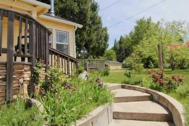4BR Cottage Downtown Mt Shasta w/Views on 1/2 acre