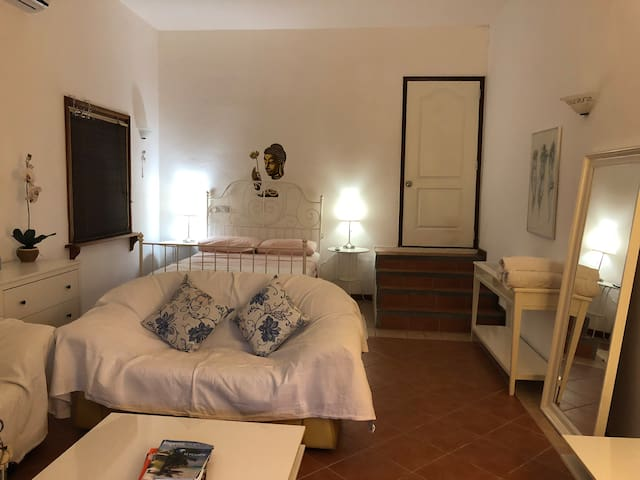 Nice private room, 15mins walk to the beach & Rest