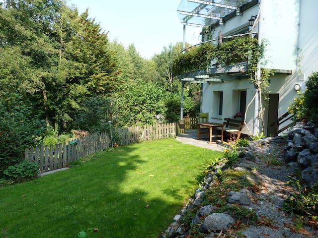 Terrassenwohnung im Grünen, mit eigenem Eingang.