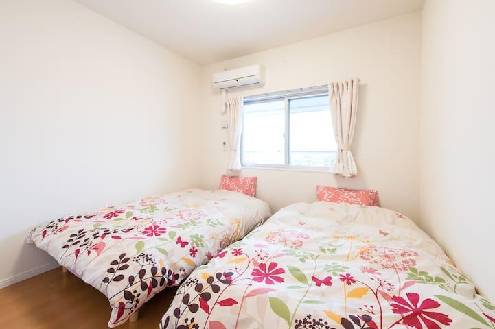 落ち着いた雰囲気の静かな寝室