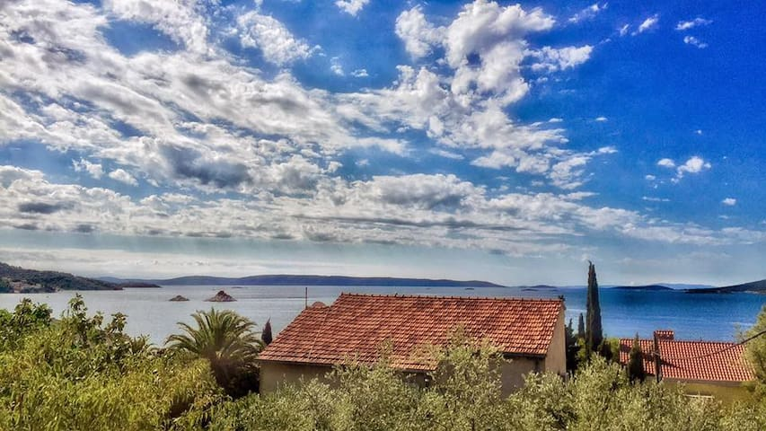 little mediterranean holiday house near the sea - Seget Vranjica